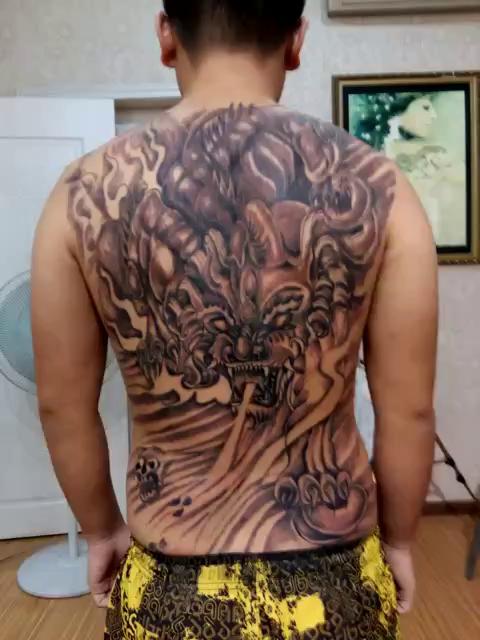 男人后背很酷的貔貅纹身图案