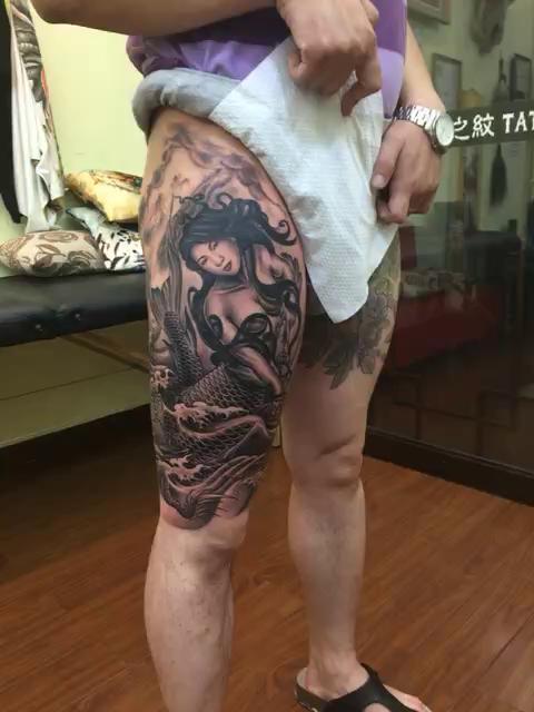 龙之纹刺青##纹身# 美人鱼和龙,绕大腿一圈,美人鱼的脸是承载者妻子图片