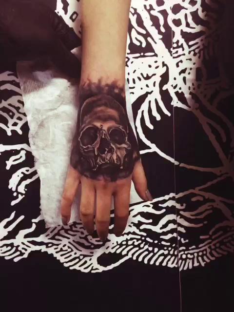 手背骷髅遮盖旧纹身完工 —腾.刺青